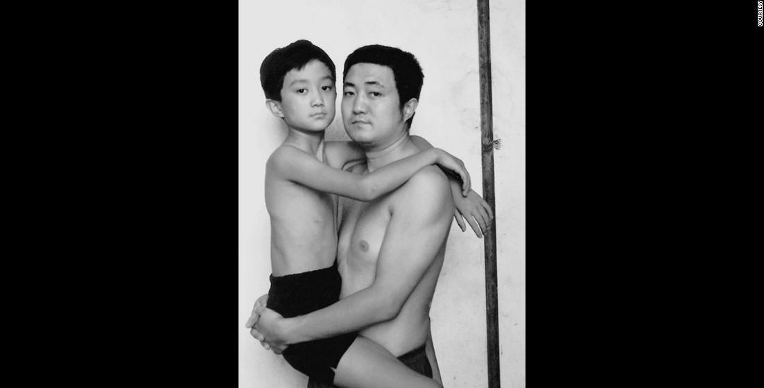 1997: Esta é a última foto em que o filho é carregado pelo pai.