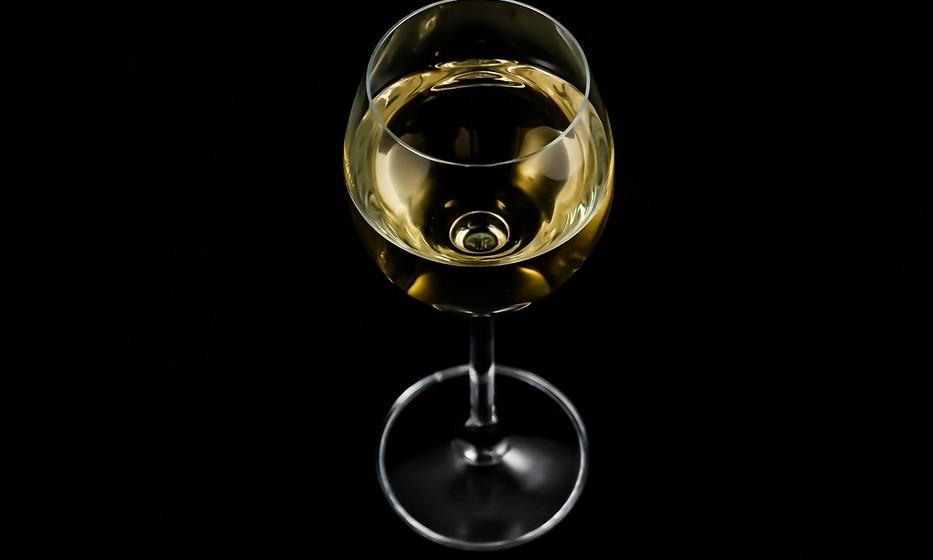 Peixes: Como noutros aspetos da sua vida, os nativos de Peixes gostam de subtileza nas suas bebidas. Isto não quer dizer que o líquido não possa ser complexo. Escolha um vinho branco rico e surpreendente.