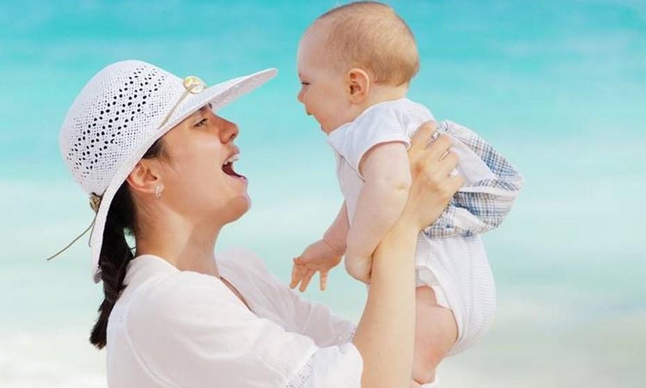 Não levante o bebé com os braços esticados. Em vez disso, traga o bebé para junto do seu peito e depois levante-o. Evite torcer o seu corpo.