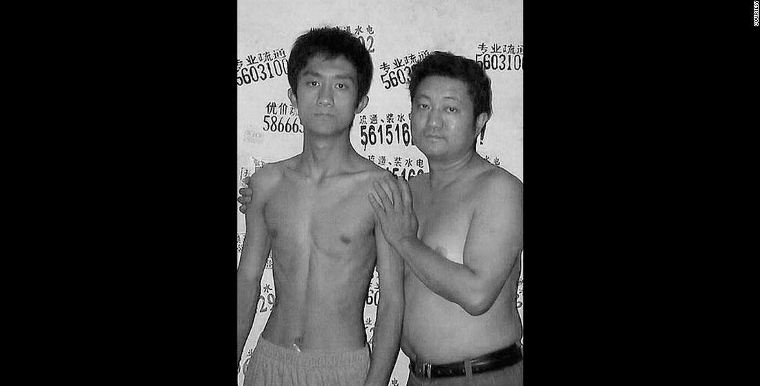 2003: Neste ano, Tian Li ultrapassou a altura do pai.