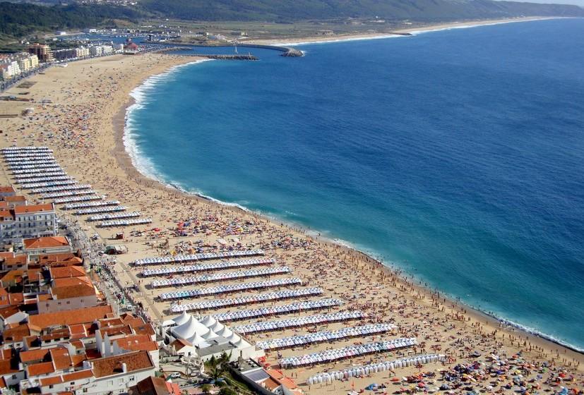 Praia da Nazaré. A temperatura média no verão é de 19ºC. A extensão da praia é de 1600 metros.