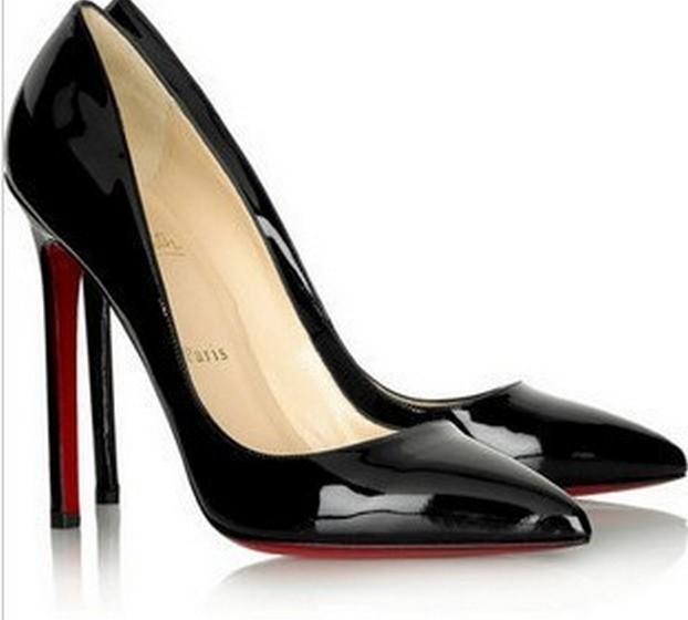 Na dúvida sobre que sapatos de salto alto usar, prefira uns stilettos clássicos pretos, de preferência com salto grosso, em vez de salto agulha. Este calçado intemporal nunca a deixará ficar mal.