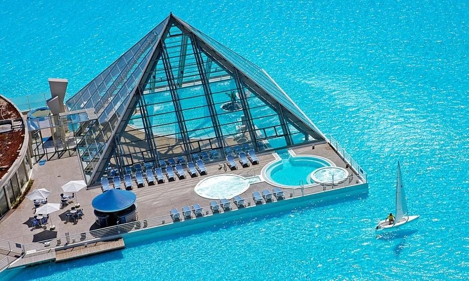 Esta é considerada a maior piscina do mundo, distanciando-se confortavelmente da segunda classificada, que fica em Casablanca, Marrocos, uma vez que é seis vezes maior.