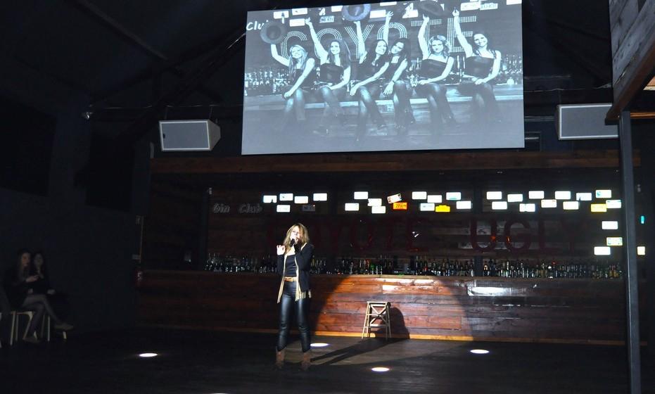 """Situado na rua da cintura do porto de Lisboa, o Coyote Bar tem espetáculos de meia em meia hora, onde o balcão é o palco das danças. O espetáculo tem início com a """"coyote cantora"""" que interpreta músicas do filme, de seguida as restantes coyotes sobem ao balcão dançando vários temas."""