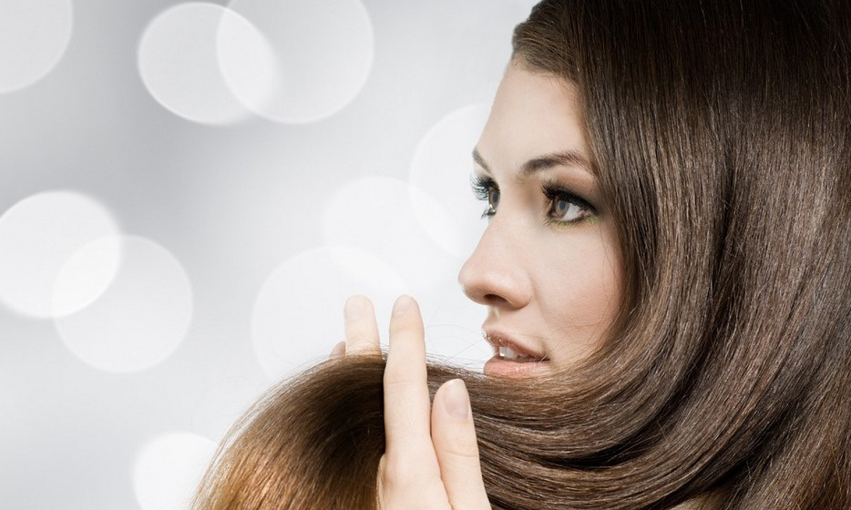 Não cortar as pontas: Este é um dos erros mais comuns, no que diz respeito aos cuidados com o cabelo. Mesmo que seja apenas para cortar as pontas, ir ao cabeleireiro com frequência vai garantir que o seu cabelo mantenha uma forma bonita e,a cima de tudo, previne as pontas espigadas e secas. Tente fazer esta manutenção a cada sete semanas.