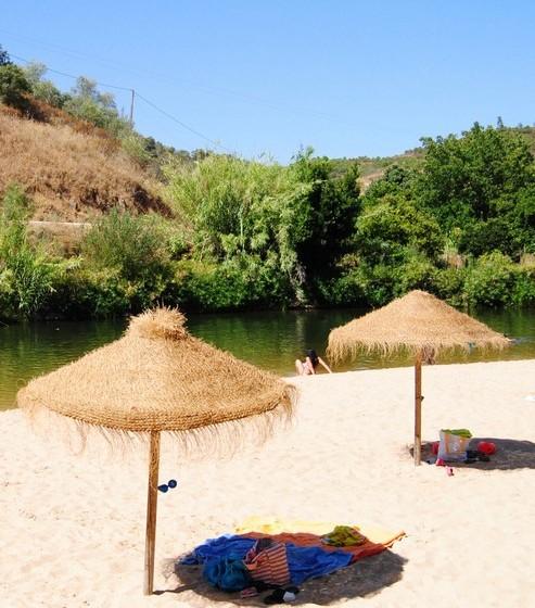 A água que abastece a praia é proveniente da albufeira de Alcoutim, sendo renovada diariamente e atingindo, durante a época estival, temperaturas na ordem dos 28 ºC.