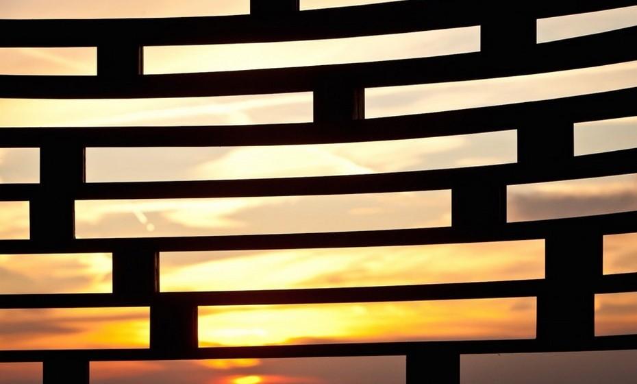 As camadas de aço horizontais criam espaços que permitem aos visitantes ver entre as paredes para o exterior.