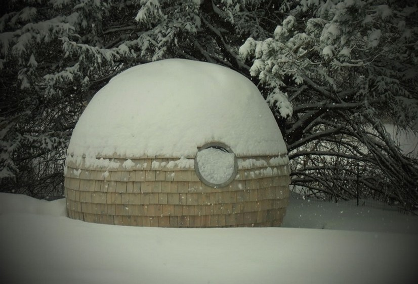 O Podzook é construído no Maine, onde está a sede da empresa. São utilizados apenas materiais ecológicos e a isolação garante que pode ser utilizado tanto no verão como no inverno. Há ainda uma pequena janela para deixar a luz natural entrar. O casulo tem uma espécie de ficha para ser ligada a uma tomada e, desta forma, a eletricidade fica disponível.