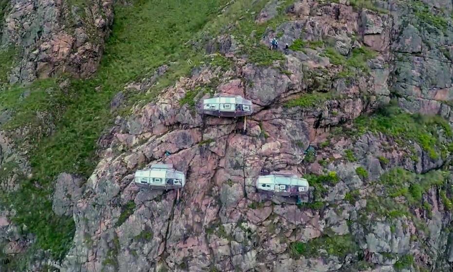 Só os mais aventureiros podem marcar uma noite nestas cápsulas suspensas no Peru, uma vez que é necessário escalar os cerca de 122 metros que separam as cápsulas do chão. Outra opção é caminhar um trail, com a ajuda de ziplines, enquanto aprecia a vista sobre o vale.