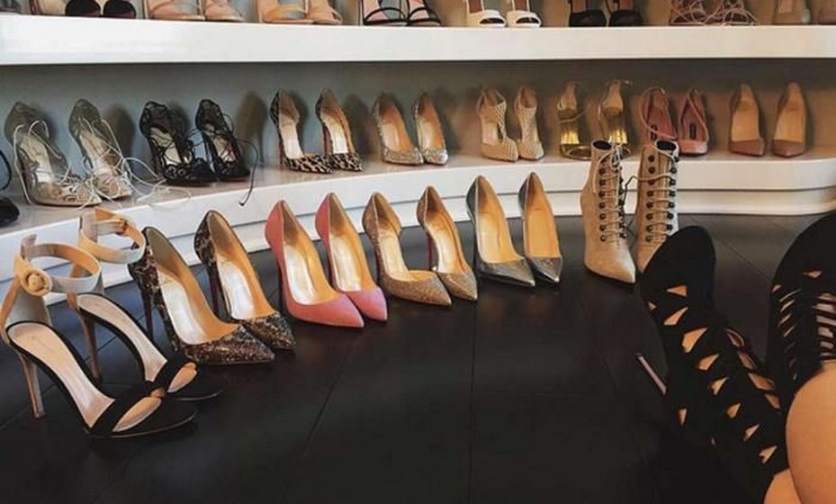 Kylie Jenner: A irmã mais nova do clã Kardashian tirou uma selfie dos seus sapatos junto ao seu closet.
