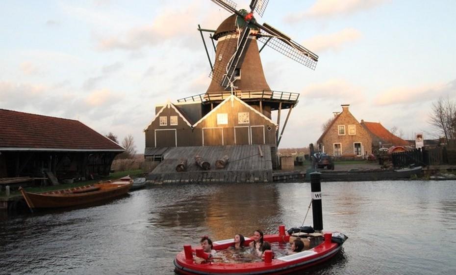 O criador da HotTug é também responsável pela sua construção. Neste momento, consegue trabalhar em dois barcos ao mesmo tempo no seu atelier, instalado na barcaça onde vive, no porto de Roterdão.