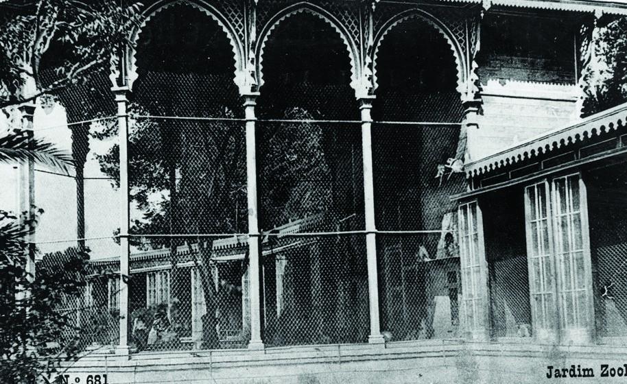 Em contraponto com o antigamente, o Jardim Zoológico deixou de ser uma montra de animais para assumir um papel ativo na proteção e conservação da Natureza. Na imagem, o antigo Templo dos Primatas.