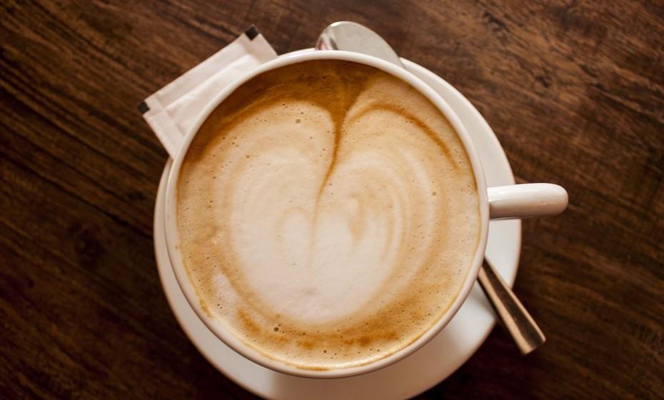 Cappuccino: O verdadeiro, italiano, não leva nada além de leite e café. Porém, algumas versões pelo mundo apresentam 1/3 de expresso, 1/3 de leite vaporizado e 1/3 de espuma de leite numa chávena de 150 a 180 ml.