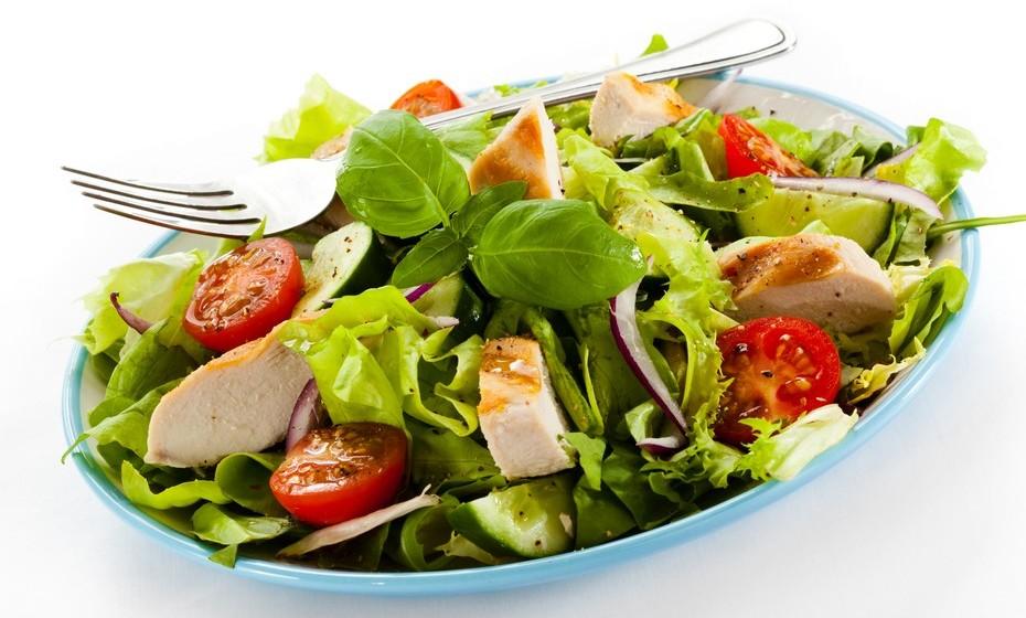 Para o almoço evite as sanduiches! Em vez disso, leve uma salada variada de folhas e legumes, a que pode juntar vários ingredientes saciantes, como ovo, carne, peixe, conserva de peixe, delícias do mar, salmão fumado, camarões, cubos de fiambre e queijos magros. Tempere com sumo de limão, pouco azeite, vinagre de fruta, coentros e outras ervas aromáticas.